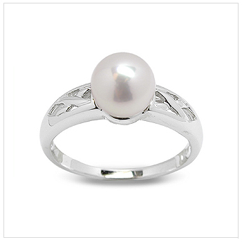 Corvina a Japanese Akoya Cultured Pearl Ring