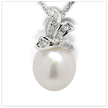 Dysis a Australian White Cultured Pearl Pendant