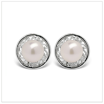 Desma a Japanese Akoya Cultured Pearl Earring