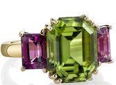 Beautiful 18kt Yellow Gold 3-Stone Ring With 6.77ct Emerald Peridot Centergem & Garnet Sidegems